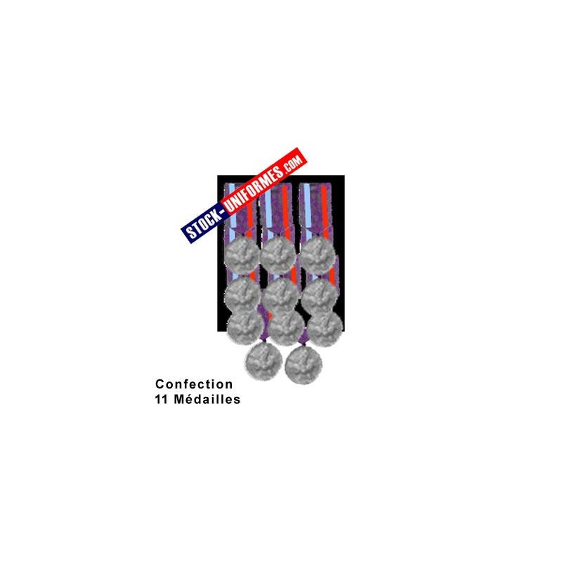 Montage 11 Médailles ordonnance cousues sur drap noir